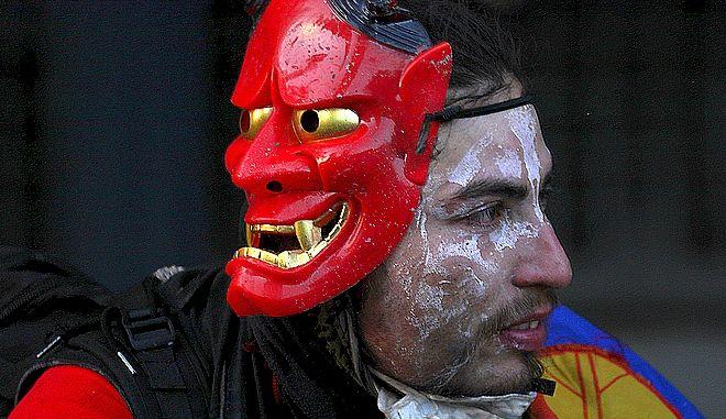 Διαδηλωτής στη Χιλή με τη μάσκα του
