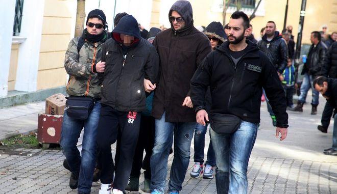 Τέσσερις κατηγορούμενοι για το κύκλωμα των εκβιαστών που δρούσε μέσα και έξω από τις φυλακές εκτελώντας συμβόλαια θανάτου και επιθέσεις οδηγούνται ενώπιον του ανακριτή την Τρίτη 20 Ιανουαρίου 2015. (EUROKINISSI/ΑΛΕΞΑΝΔΡΟΣ ΖΩΝΤΑΝΟΣ)