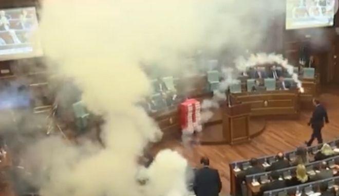 Χάος στη Βουλή στο Κόσοβο: Βουλευτές έριξαν καπνογόνα