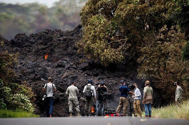 Ηφαίστειο Κιλαουέα. Επαγγελματίες φωτογράφοι και κάμερες με δημοσιογράφους δεν πιστεύουν στα μάτια τους με αυτό που αντικρύζουν.