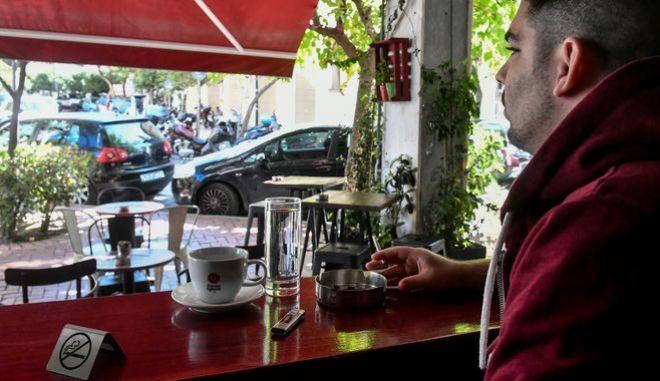 Κάπνισμα: Παίζει τελικά ρόλο στους θανάτους νέων ασθενών κορονοϊού;