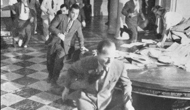70.000 άνθρωποι πέθαναν ακαριαία στο Ναγκασάκι. Η φωτογραφία μίας  επιζήσασας με το παιδί της την ημέρα του βομβαρδισμού. 537ee444cae