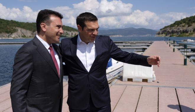 O Αλέξης Τσίπρας και ο Ζόραν Ζάεφ κατά την υπογραφή της συμφωνίας για την ονομασία της πΓΔΜ στις Πρέσπες
