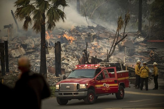 An apartment complex burns as a wildfire rages in Ventura, Calif., on Tuesday, Dec. 5, 2017. (AP Photo/Noah Berger)