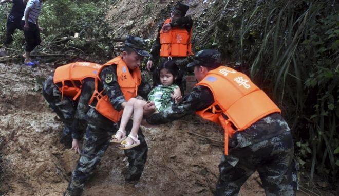 Σφοδρές βροχοπτώσεις και πλημμύρες στην Κίνα - Διάσωση κοριτσιού
