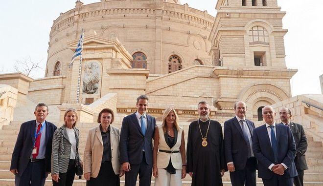 Στιγμιότυπο από την επίσκεψη του πρωθυπουργού Κυριάκου Μητσοτάκη και της συζύγου του στην Ι.Μονή του Αγ.Γεωργίου στο Κάιρο