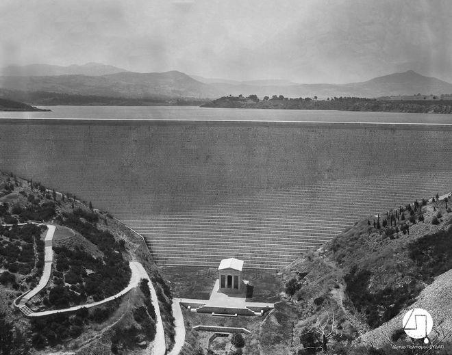 Άποψη του Φράγματος και του κτίσματος, αντιγράφου του Θησαυρού των Αθηναίων, περίπου 1931