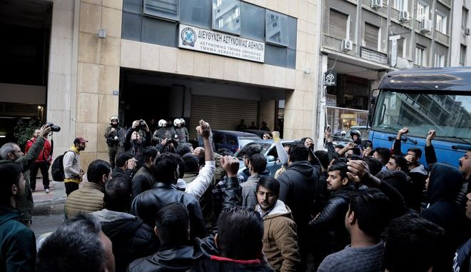 Διαμαρτυρία μεταναστών πακιστανικής καταγωγής στο Α.Τ. Ομονοίας ενάντια στη σύλληψη ομοεθνούς τους