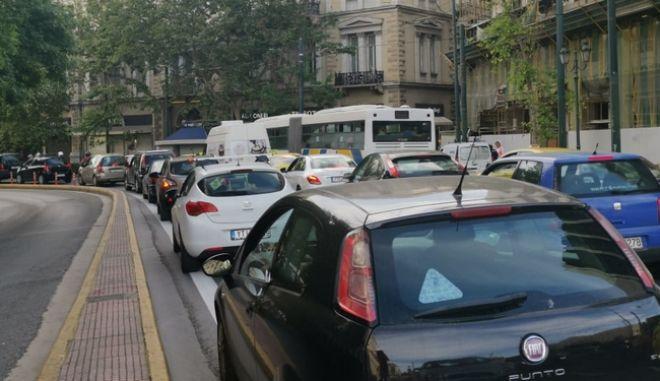 Κίνηση στους δρόμους του κέντρου το πρωί της Δευτέρας