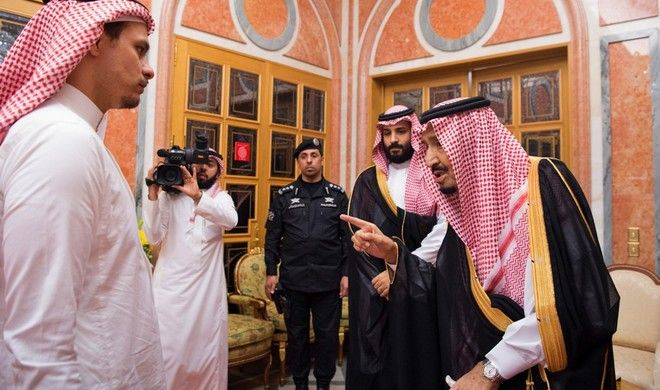 Ο βασιλιάς της Σ. Αραβίας συνομιλεί με το γιο του Κασόγκι, ενώ ο πρίγκιπας παρακολουθεί στο βάθος