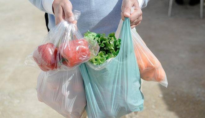 Μειώνονται οι πλαστικές σακούλες, αλλά όχι η εξάρτησή μας από το πλαστικό