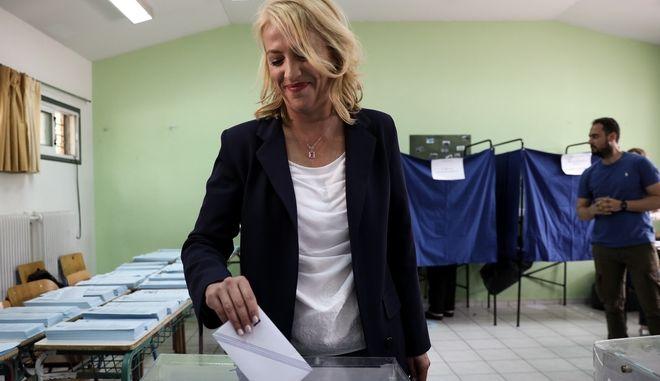 Η υποψήφια Περιφερειάρχης Αττικής Ρένα Δούρου τη στιγμή που ψηφίζει