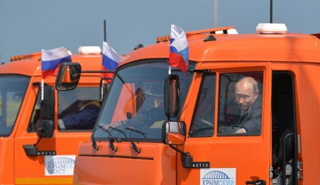 Ο Πούτιν στο τιμόνι φορτηγού