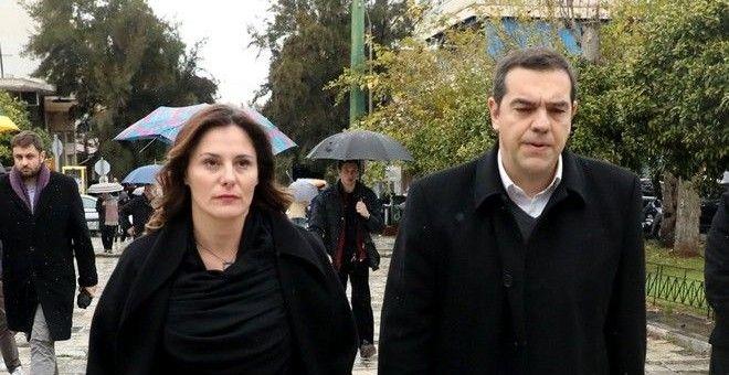 Ο Αλέξης Τσίπρας και η Μπέτυ Μπαζιάνα στην πολιτική κηδεία του Θάνου Μικρούτσικου