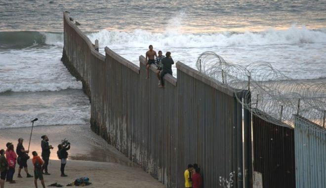 Μετανάστες σε τείχος