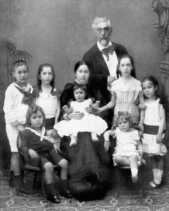 Ο Στέφανος Δραγούμης με τη σύζυγό του Ελίζα και επτά από τα έντεκα παιδιά τους: Χαρίκλεια, Αλεξάνδρα, Ναταλία, Ζωή, Ίωνα (πρώτη σειρά, αριστερά), Ευφροσύνη (Εύφη) και Νίκο, 1883 περίπου