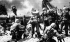 Αμερικανοί στρατιώτες επιχειρούν στο αεροδρόμιο της Tarawa