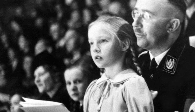 Σε ηλικία 9 χρονών σε ναζιστική εκδήλωση στην αγκαλία του πατέρα της Heinrich Himmler