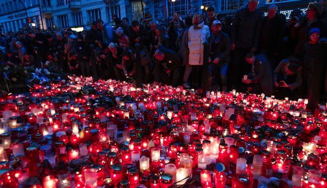 Εικόνα από εκδήλωση στην Πράγα για τα 30 χρόνια από την έναρξη της Βελούδινης Επανάστασης