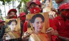 Υποστηρικτές της Ονγκ Σαν Σου Τσι ζητούν την απελευθέρωση της, μετά τη σύλληψη της στο πραξικόπημα της Μιανμάρ.