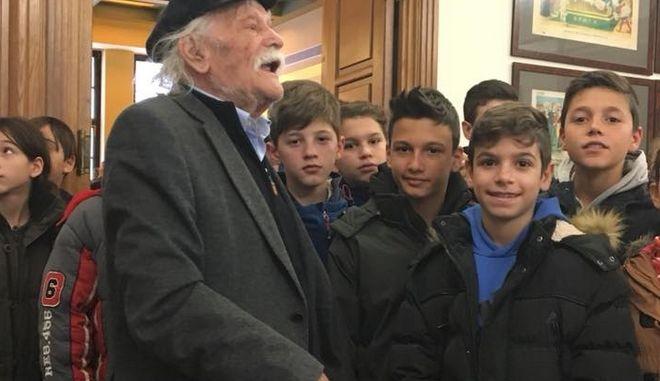 Ξενάγηση μαθητών από το Μανώλη Γλέζο στη Βουλή
