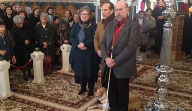 Σκύλος - οδηγός τυφλών οδήγησε τον συνοδό του στην εκκλησία στη Γλυφάδα!