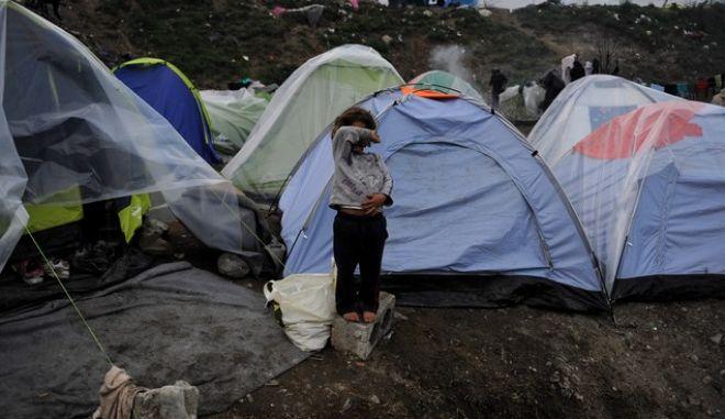 Στον καταυλισμό των μεταναστών και των προσφύγων που παραμένουν εδώ στην Ειδομένη,η  καθημερινότητα κινείται μέσα στην λάσπη.Τα σύνορα Ελλάδας-Σκοπίων εξακολουθούν να είναι κλειστά,όμως ένας μεγάλος αριθμος παραμένει εδώ, περιμένοντας τα αποτελέσματα της συνόδου κορυφής που ξεκίνησε σήμερα στις Βρυξέλλες,Πέμπτη 17 Μαρτίου 2016 (EUROKINISSI/ΤΑΤΙΑΝΑ ΜΠΟΛΑΡΗ)