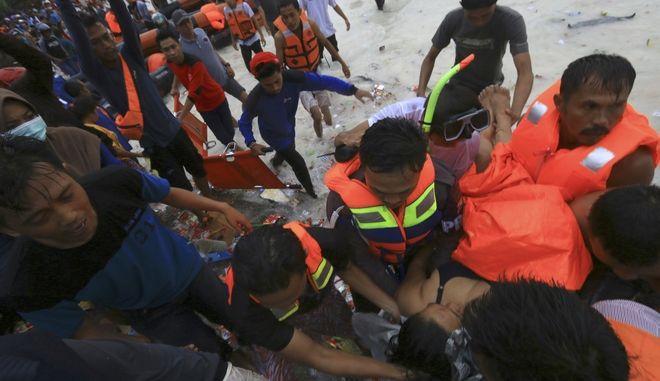 Στους 29 μέχρι στιγμής οι νεκροί του νέου ναυαγίου πορθμείου στην Ινδονησία. Οι έρευνες για να βρεθούν κι άλλοι επιζώντες συνεχίζονται.