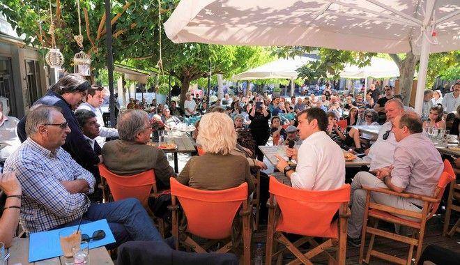 Στιγμιότυπο από την επίσκεψη του πρωθυπουργού στην Ακράτα