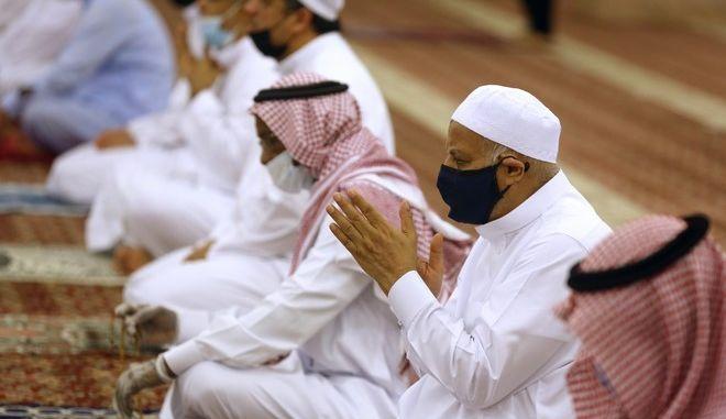 Οι πιστοί επισκέφθηκαν σήμερα τα τζαμιά για την πρωινή προσευχή με αυστηρούς κανόνες