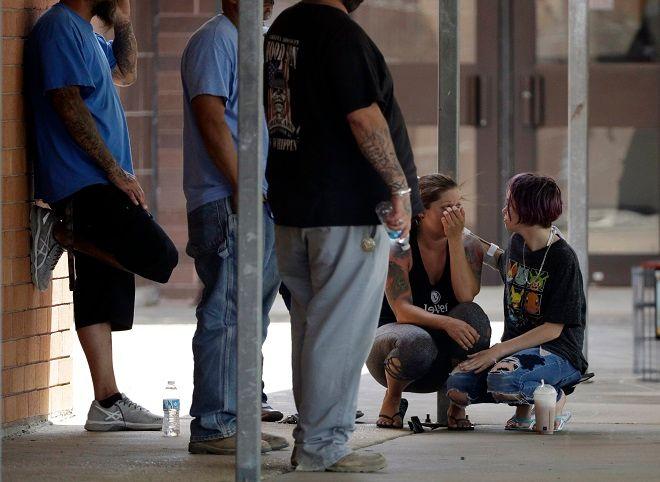 Οικογένειες μαθητών έξω από το Λύκειο της Σαντα Φε στο Τέξας μετά την επίθεση με 10 νεκρούς από 17χρονο ελληνικής καταγωγής