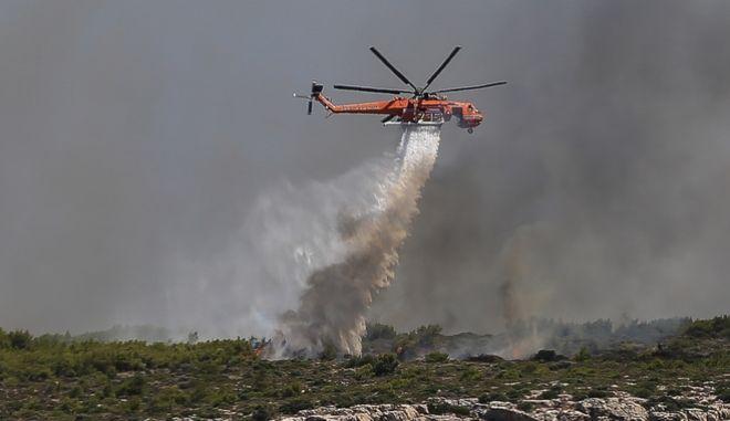 Ελικόπτερο της Πυροσβεστικής επιχειρεί για την κατάσβεση φωτιάς σε δασική έκταση