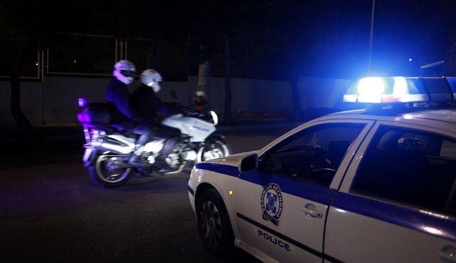 Εξέγερση στο κέντρο παράνομων μεταναστών στην Αμυγδαλέζα, το απόγευμα του Σαββάτου 10 Αυγούστου 2013.  Η εξέγερση ξέσπασε όταν, μετά τη λήξη του προαυλισμού, ομάδα κρατουμένων αρνήθηκε να μπει στους χώρους κράτησης, διαμαρτυρόμενοι για την παράταση του χρόνου κράτησής τους.  Στη συνέχεια έβαλαν φωτιά σε κοντέινερ που μένουν, βγήκαν έξω και άρχισαν να καίνε τα στρώματά τους, με αποτέλεσμα να δημιουργηθούν διάσπαρτες εστίες φωτιάς.  Στο στιγμιότυπο δυνάμεις των ΜΑΤ σε μπλόκο σε δρόμο της Αμυγδαλέζας. (EUROKINISSI/ΓΙΩΡΓΟΣ ΚΟΝΤΑΡΙΝΗΣ)