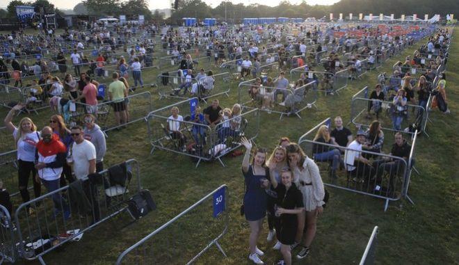 """Στο Newcastle περισσότεροι από 2.000 άνθρωποι παρακολούθησαν το βράδυ της Δευτέρας τον 26χρονο Sam Fender να """"καταλαμβάνει"""" τη σκηνή."""