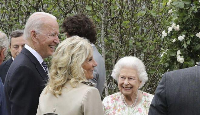 Η βασίλισσα Ελισάβετ με το ζεύγος Μπάιντεν