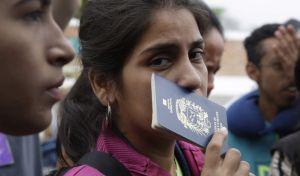 Μετανάστρια από την Βενεζουέλα κρατά το διαβατήριο της