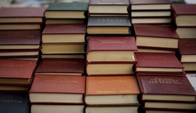 Φωτογραφία από το παζάρι βιβλίου στην Πλατεία Κοτζιά - Φωτογραφία αρχείου