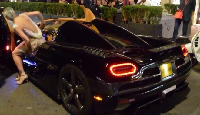 Η σέξι γυναίκα που οδηγεί την Koenigsegg Agera R σαν να την ...κλέβει. Βίντεο