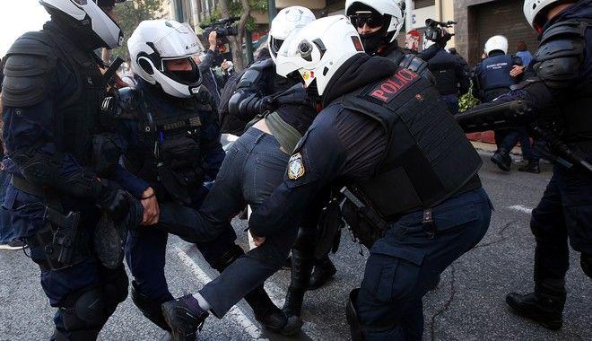 Άνδρες της ΕΛΑΣ, προσαγάγουν βιαίως διαδηλωτή