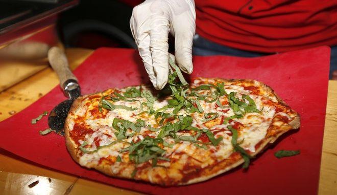 O Ρίκι Άνταμς συνελήφθη ύστερα από κατηγορίες ότι τοποθέτησε ποντικοφάρμακο στο τυρί πίτσας στο κατάστημα που εργαζόταν