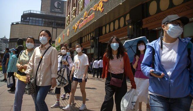 Πολίτες με μάσκες στην πόλη Ουχάν