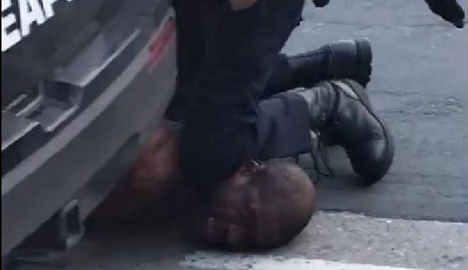 """ΗΠΑ: Έρευνα σε αστυνομικό τμήμα - Έβγαλαν εικόνα με τον Φλόιντ και τίτλο """"Μου κόβεις την ανάσα"""""""
