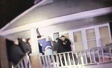 Βίντεο: Αστυνομικοί πιάστηκαν στα χέρια κατά τη διάρκεια επιχείρησης