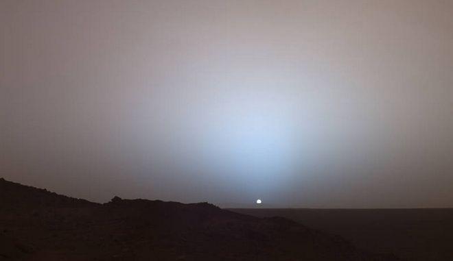 """Το εντυπωσιακό """"μπλε ηλιοβασίλεμα"""" από τον πλανήτη Άρη έχει γίνει viral"""