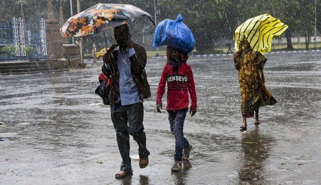 Εικόνα από την Καλκούτα της Ινδίας ενόψει του τυφώνα Μπουλμπούλ