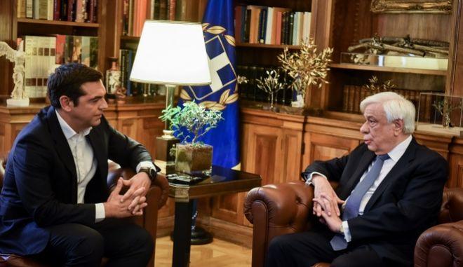 O πρωθυπουργός Αλέξης Τσιπρας ενημερώνει τον Πρόεδρο της Δημοκρατίας Προκόπη Παυλόπουλο