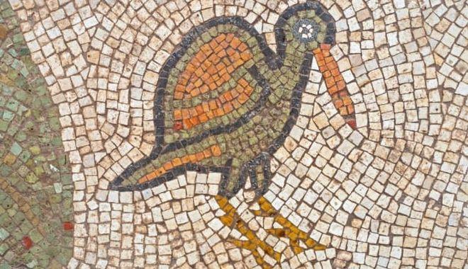 Δάπεδα διακοσμημένα με μεγάλα μωσαϊκά που απεικονίζουν πουλιά, καρπούς και φυτά.