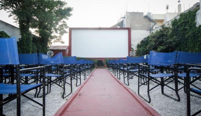Ο Ζέφυρος ένα ιστορικό θερινό σινεμά βρίσκεται στην οδό Τρώων 36 στο Άνω Πετράλωνα από το 1932.