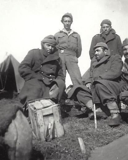 Ο πατέρας μου (μπροστά δεξιά) μαζί με φαντάρους του, τον Απρίλιο του 1941, στα μετόπισθεν του Ρούπελ, λίγο πριν τη συνθηκολόγηση με τους Γερμανούς.