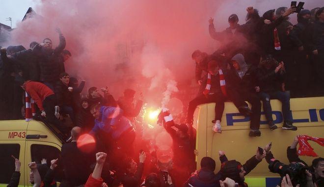 Οπαδοί έξω από το Anfield